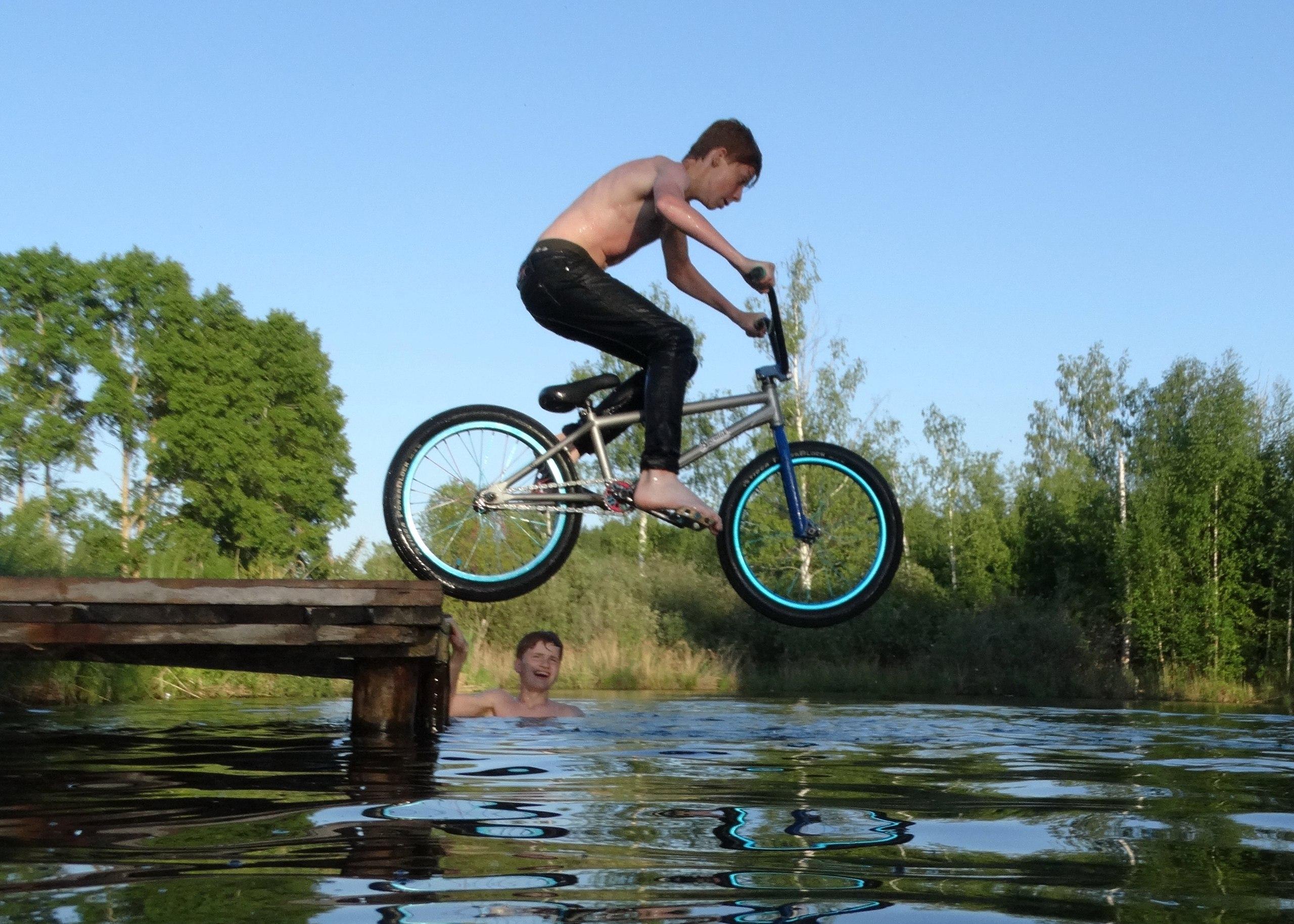 Александр Апатов: Трюки с катанием и нырянием на велосипедах