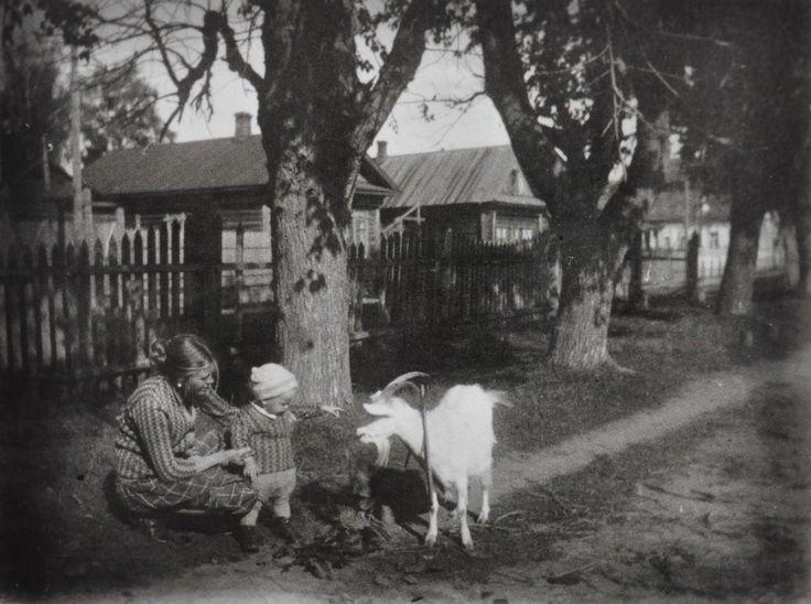 Тарковская Мария с маленьким Андреем, Завражье. 1933 г.