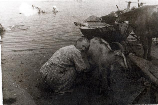 Берег реки в Чернопенье. На первом плане с козой Анна