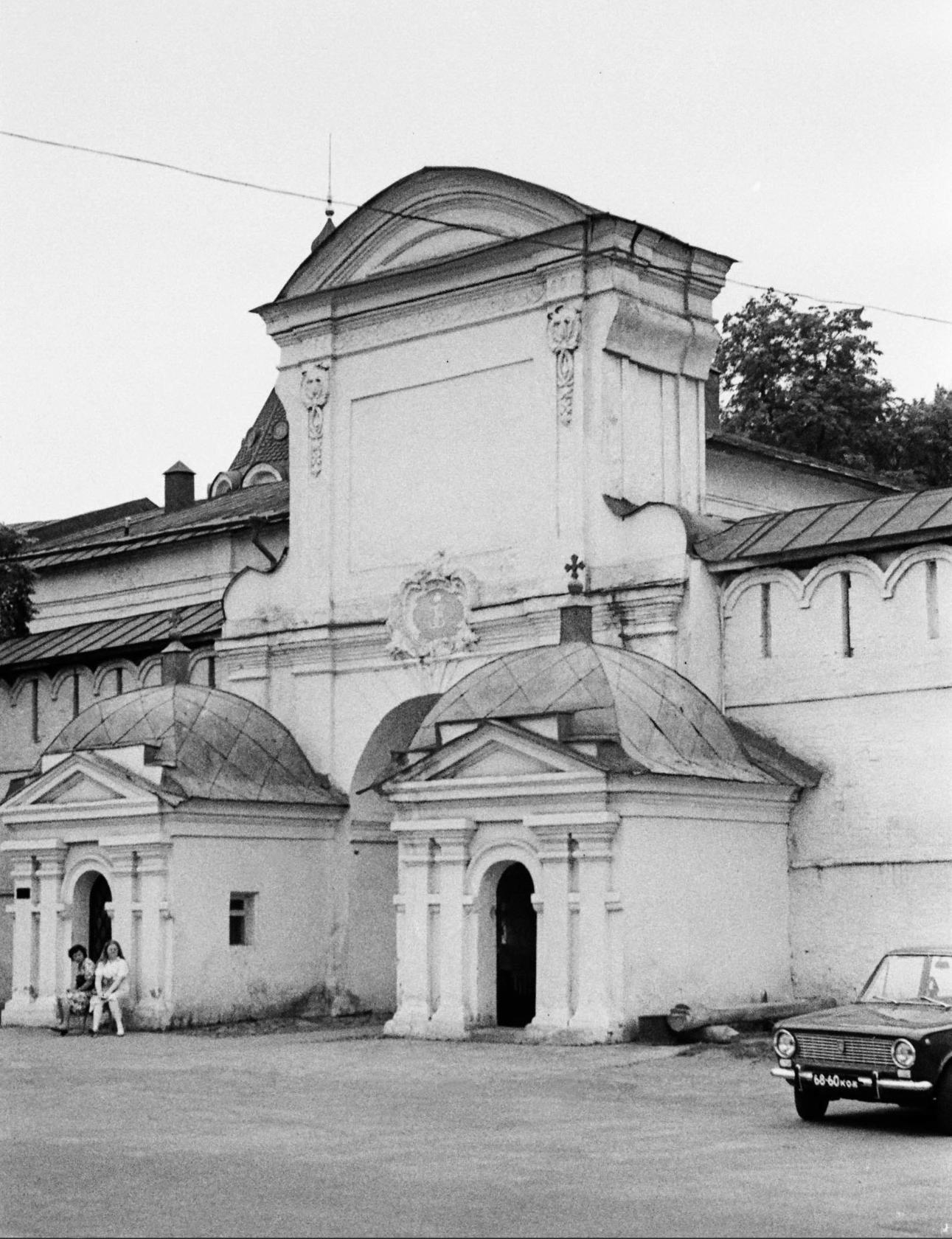 Мемориальный комплекс с арками и колонной Татарск памятник с ангелом Красновишерск
