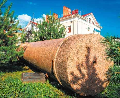 Гранитная колонна к памятнику