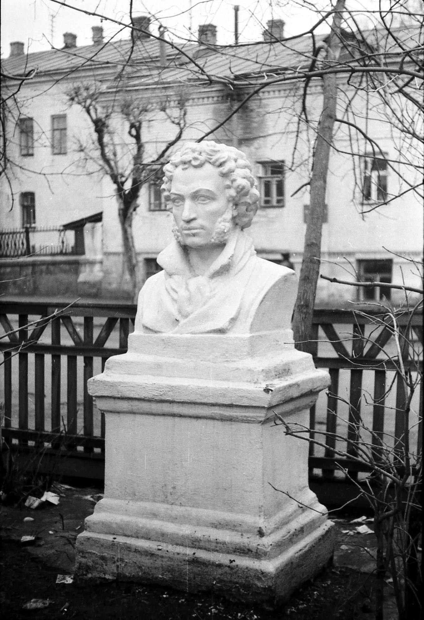 Памятник А.С. Пушкину на ул. Симановского. Фото Николай Клемин