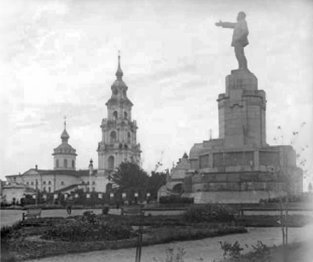 Уникальная фотография памятника вождю на фоне собора