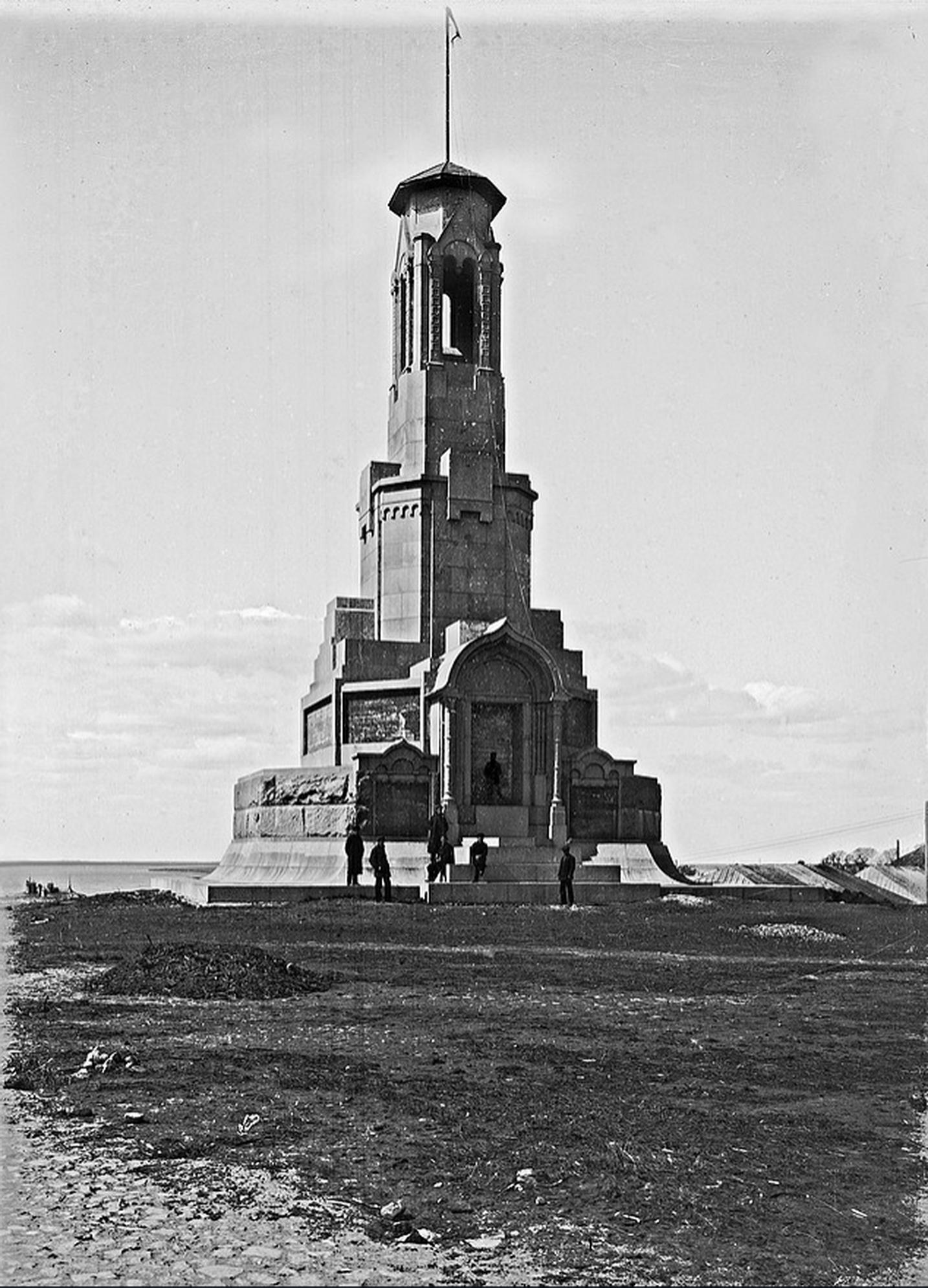 Монумент Романовым